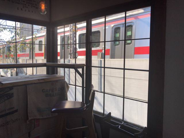 席の横を電車が通過