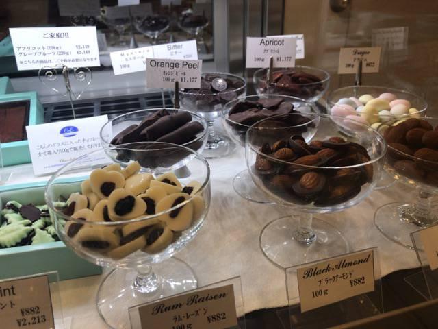 ショコラティエエリカのブラックアーモンドとラム・レーズン