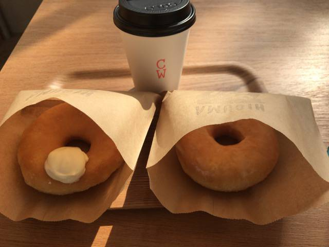 イートインでドーナツとコーヒー