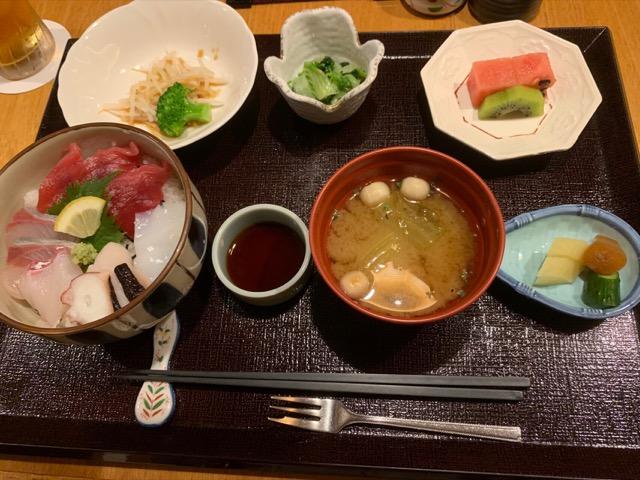 木都里亭の海鮮丼ランチ