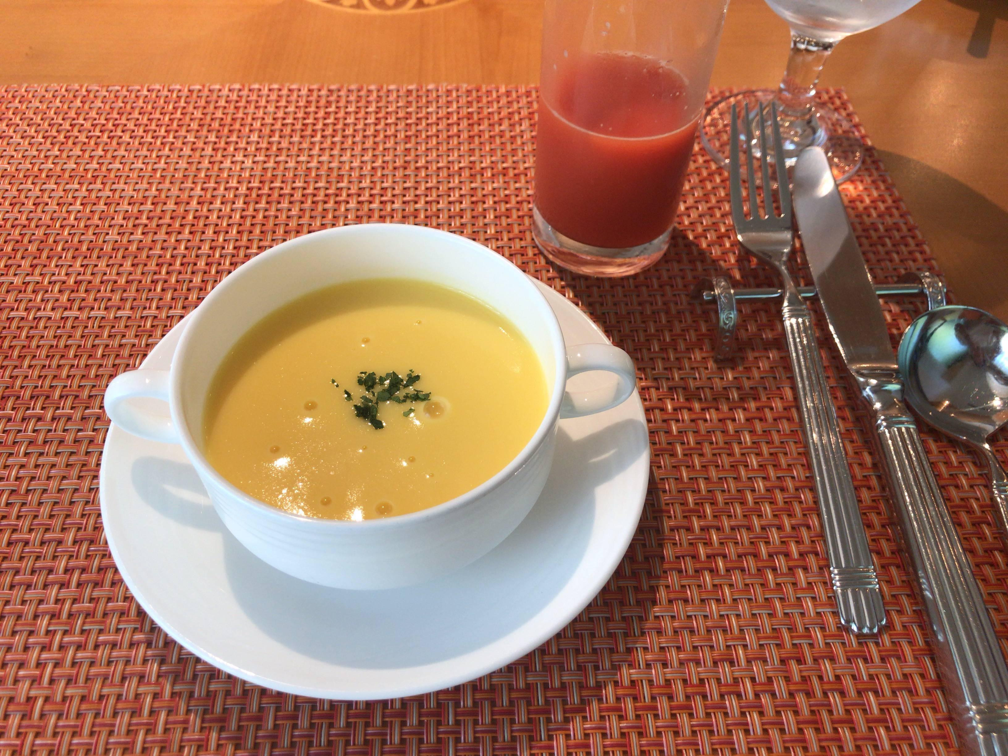コーンスープ、ブラッドオレンジジュース