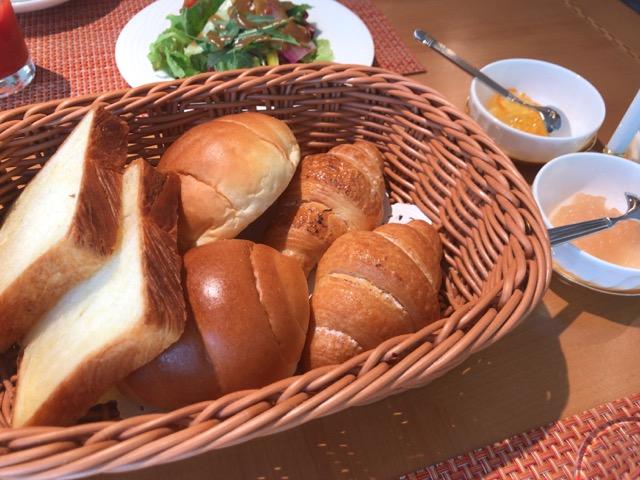 暖かいパンの盛り合わせ&ジャム フレッシュサラダ